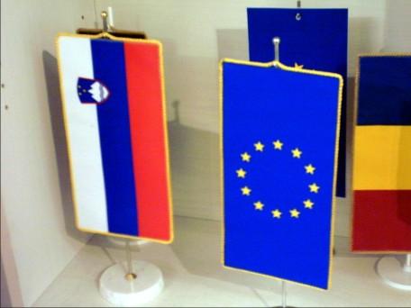 11. Namizne zastavice RS in EU
