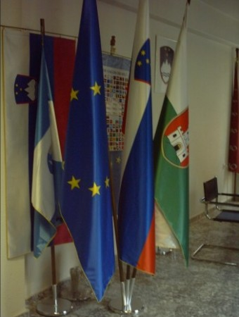 2. Praporske zastave – slovenska, evropska, občinska