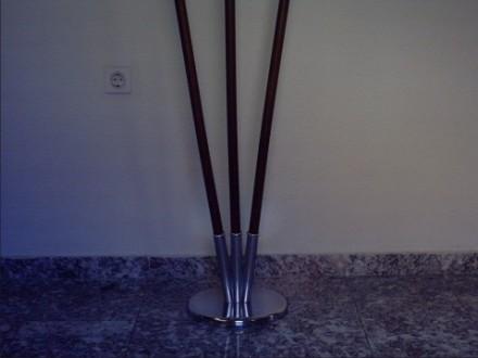 3. Kromiran podstavek s tremi nastavki in lesene praporske palice