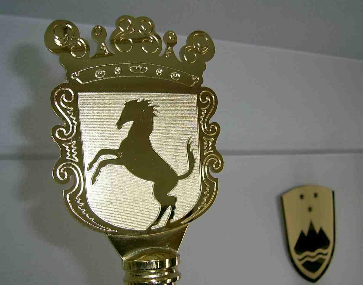 5. Praporski zaključek – grb po naročilu (v ozadju stenski grb RS)
