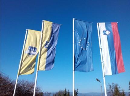5. Zastava z logotipom, evropska, slovenska in občinska zastava