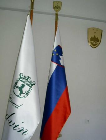 9. Praporski zastavi (v ozadju stenski grb RS)